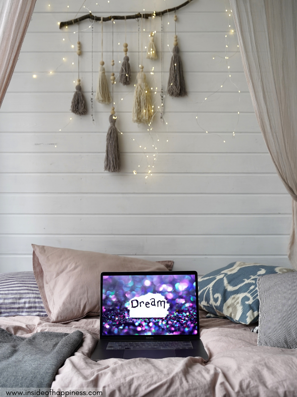 laptop-on-a-bed-with-the-dream-message-on-the-screen